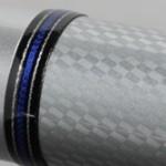 ネーム部の両端はブラックとブルーの糸巻きで装飾